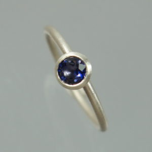 1 Stapelring 925 Silber mit blauem Iolith