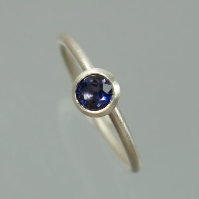 1 Stapelring 925 Silber mit blauem Iolith