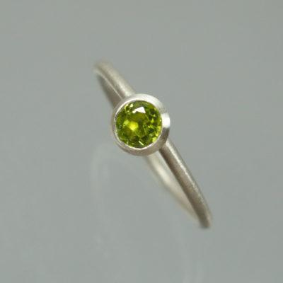 1 Stapelring 925 Silber mit grünem Peridot