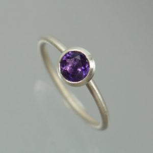 1 Stapelring 925 Silber mit lila Amethyst