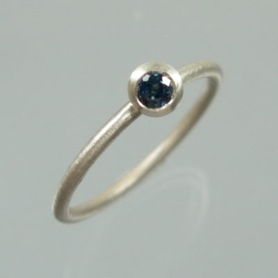 1 Stapelring 925 Silber mit blauem Saphir