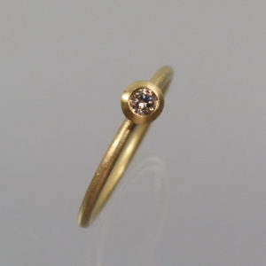 1 Stapelring 750 Gold mit naturfarbenem Brillant 0,08 ct