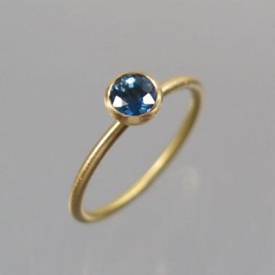 Ring 750 Gold mit blauem Saphir