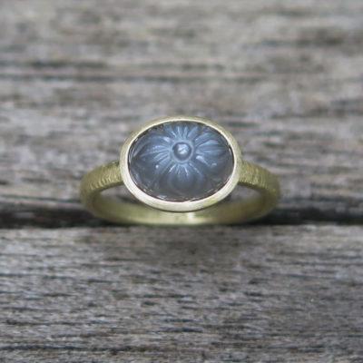 585 Gold Ring mit graviertem grauem Mondstein