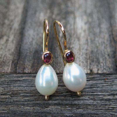 585 Ohrringe Tropfenperlen und ovale Rubine