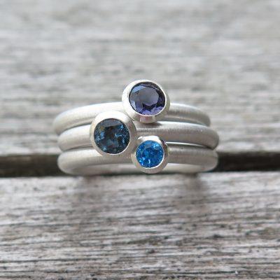 3 dicke Stapelringe mit blauen Farbsteinen