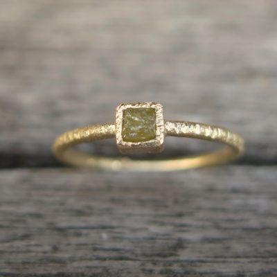 """raw"" Stapelring 585 Gold mit naturfarbenem Rohdiamant"