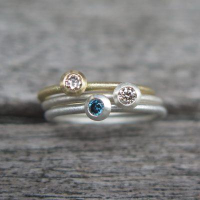 3er Stapelring Set 750 Gold u. Silber mit blau und naturweißen Diamanten